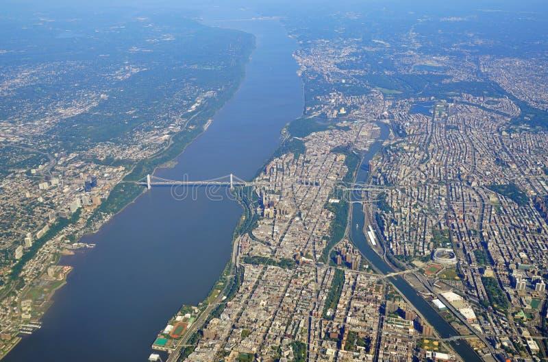 Flyg- sikt av George Washington Bridge mellan New York och nytt - ärmlös tröja royaltyfria bilder
