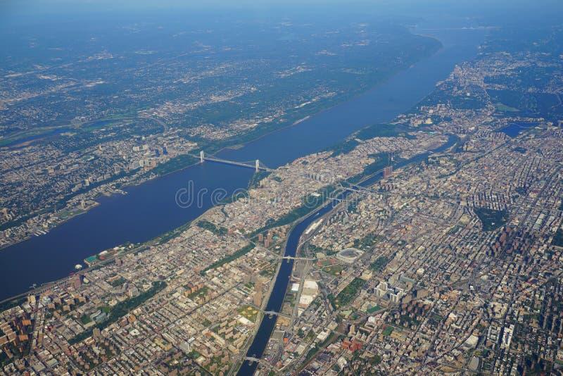 Flyg- sikt av George Washington Bridge mellan New York och nytt - ärmlös tröja royaltyfri bild