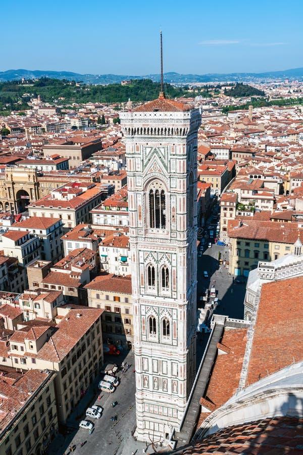 Flyg- sikt av Giottos Campanile från domkyrkan - Florence royaltyfria bilder