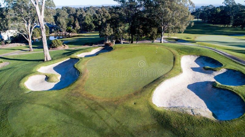Flyg- sikt av golfbanagräsplan med flaggan, bunker, fördämningar, farleder Sydney Australia royaltyfria foton