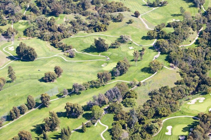 Flyg- sikt av golfbanan för klubbhus för Ojai dalgästgivargård i Ventura County, Ojai, Kalifornien royaltyfri foto