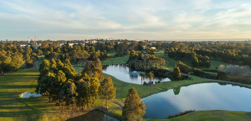 Flyg- sikt av golfbanan inklusive bunker, fördämningar, farleder Sydney Australia royaltyfria bilder