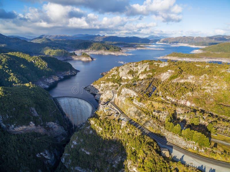 Flyg- sikt av Gordon Dam och sjön på solnedgången Sydväster Tasmani royaltyfria bilder