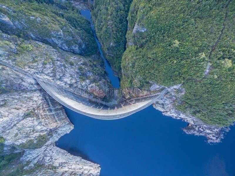 Flyg- sikt av Gordon Dam och sjön Sydväster Tasmanien royaltyfri foto