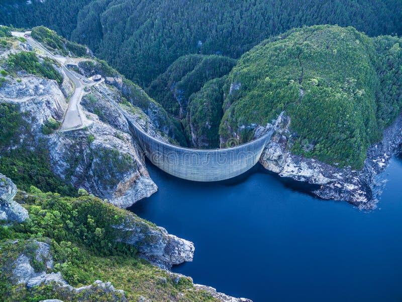Flyg- sikt av Gordon Dam och sjön Sydväster Tasmanien arkivfoto