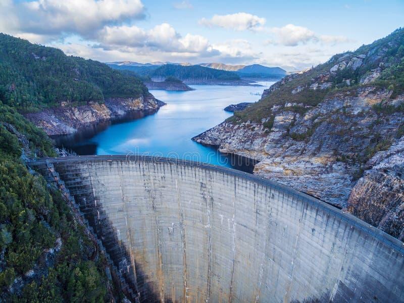 Flyg- sikt av Gordon Dam och sjön Sydväster Tasmanien royaltyfri fotografi