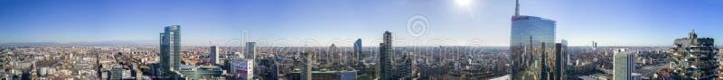 Flyg- sikt av 360 grader av mitten av Milan, vertikal skog, Unicredit torn, Palazzo Lombardia, Torre solarier, Italien arkivfoto