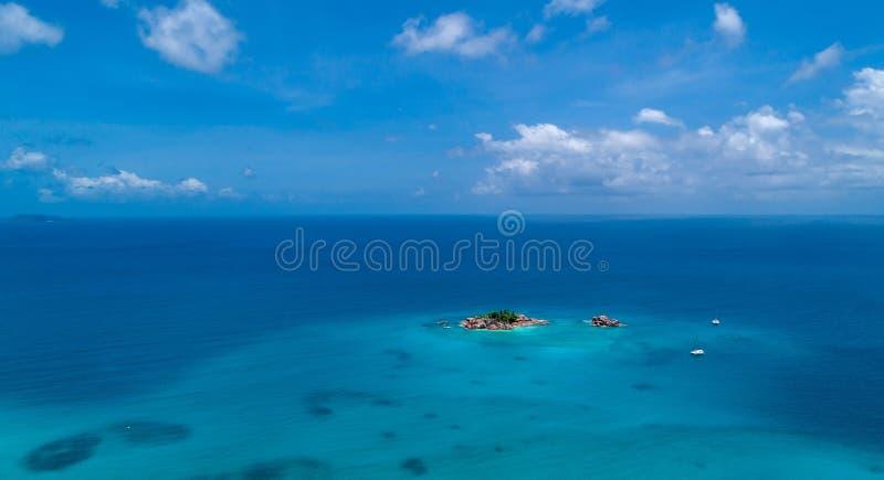 Flyg- sikt av härlig St Pierre Island på Seychellerna överkant VI arkivbilder