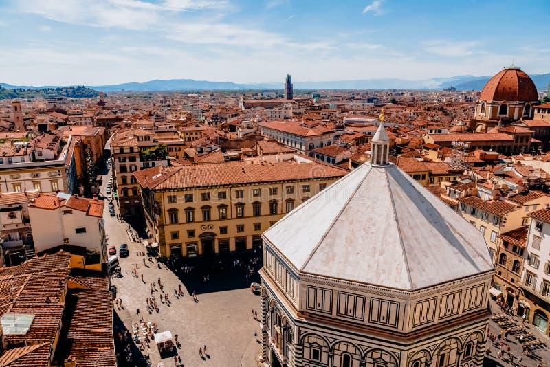 flyg- sikt av härliga historiska byggnader och folk i florence, Italien arkivbild