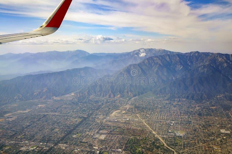 Flyg- sikt av höglandet, Rancho Cucamonga, sikt från fönsterplats I fotografering för bildbyråer