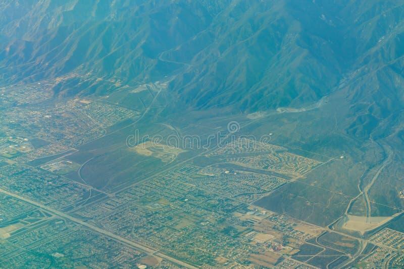 Flyg- sikt av höglandet, Rancho Cucamonga, sikt från fönsterplats I royaltyfri foto