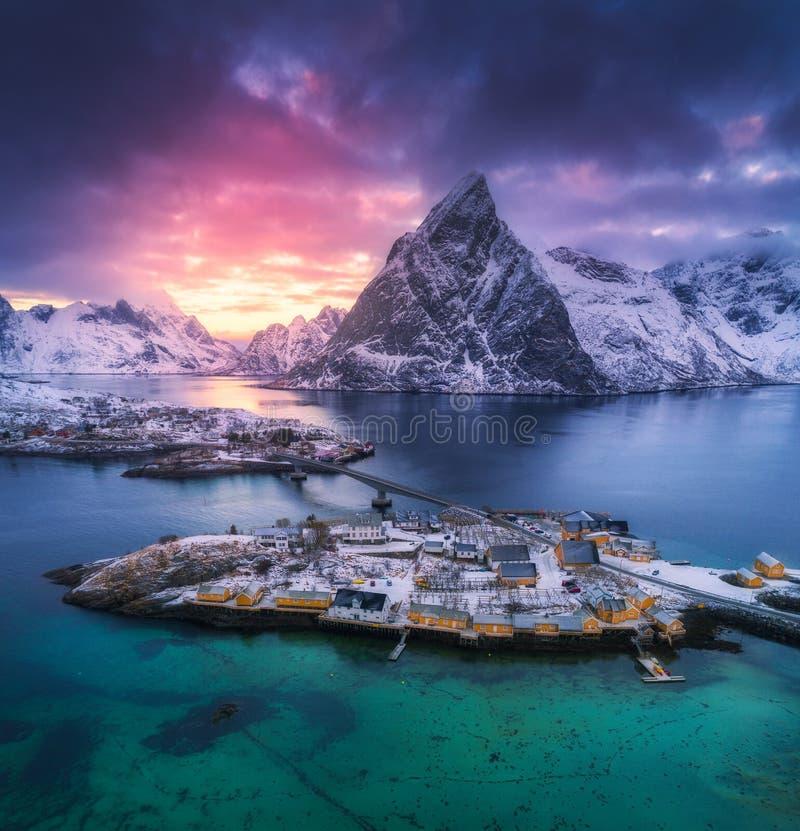 Flyg- sikt av Hamnoy på den dramatiska solnedgången i vinter i Norge arkivfoto