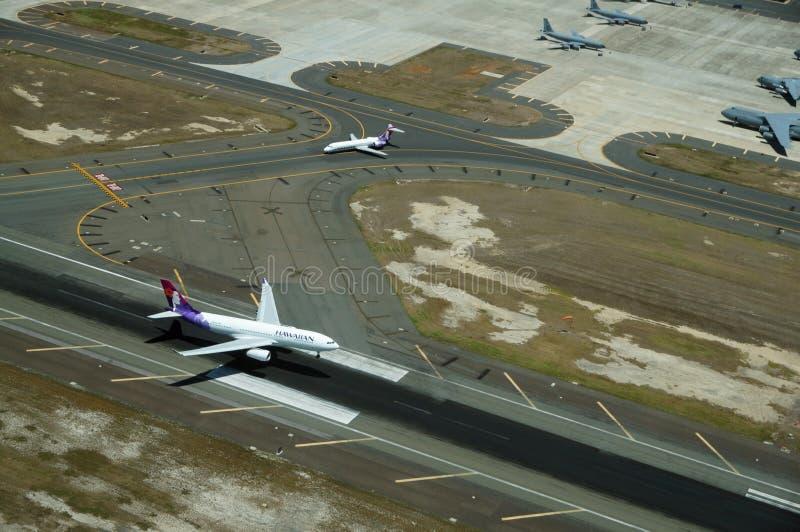 Flyg- sikt av hawaiibonivålandning på landningsbana arkivbild