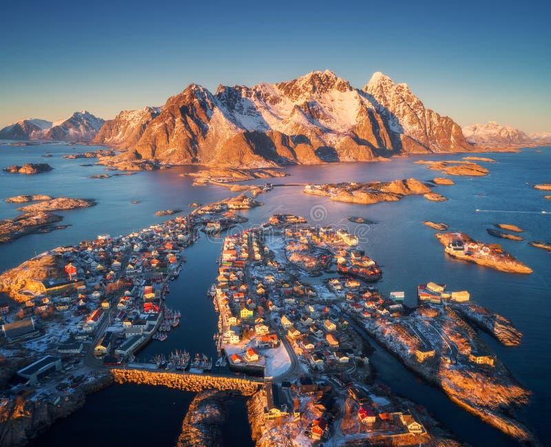 Flyg- sikt av Henningsvaer på solnedgången i Lofoten öar, Norge fotografering för bildbyråer