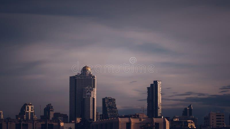 Flyg- sikt av highrise byggnader Bangkok för modernt kontor, andelslägenhet i den Bangkok staden arkivfoton