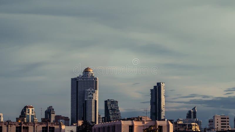 Flyg- sikt av highrise byggnader Bangkok för modernt kontor, andelslägenhet i Bangkok arkivfoton