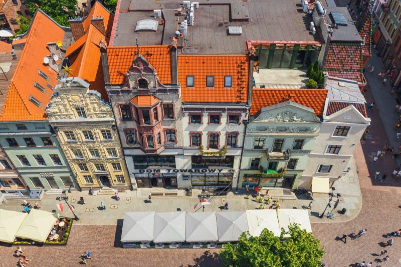 Flyg- sikt av historiska byggnader och tak i den polska medeltida staden Torun, Polen Torun är pet royaltyfri fotografi