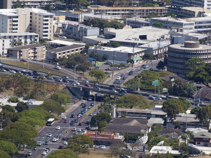 Flyg- sikt av Honolulu Cityscape, planskild korsning för huvudväg H-1, moiliil royaltyfri fotografi