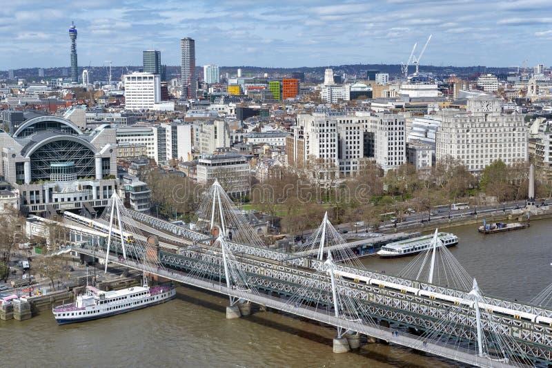 Flyg- sikt av Hungerford bro- och femtioårsjubileumbroar över flodThemsen i London, England, UK arkivfoto