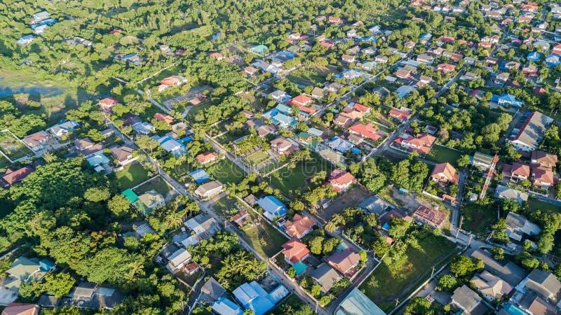 Flyg- sikt av hus i by, landbruk arkivbilder