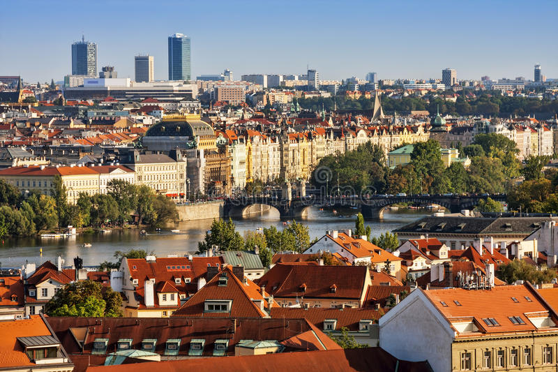 Flyg- sikt av hus, tak och Charles Bridge av Prague arkivbilder
