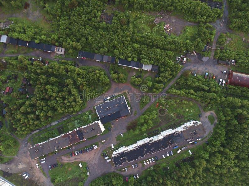 Flyg- sikt av hustak i skogen royaltyfria foton