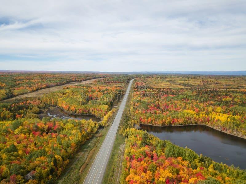 Flyg- sikt av huvudvägen i ett härligt kanadensiskt landskap royaltyfria foton