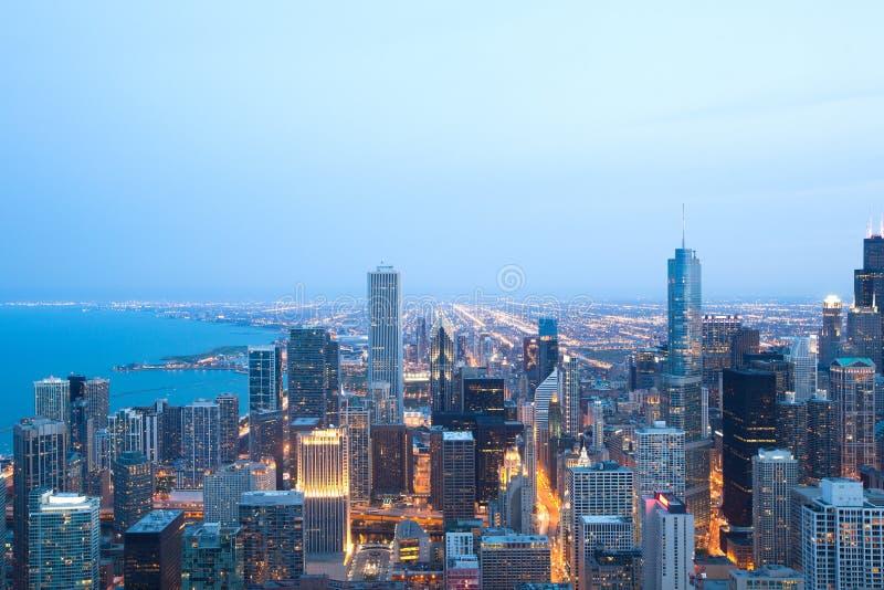 Flyg- sikt av i stadens centrum Chicago på natten arkivbild