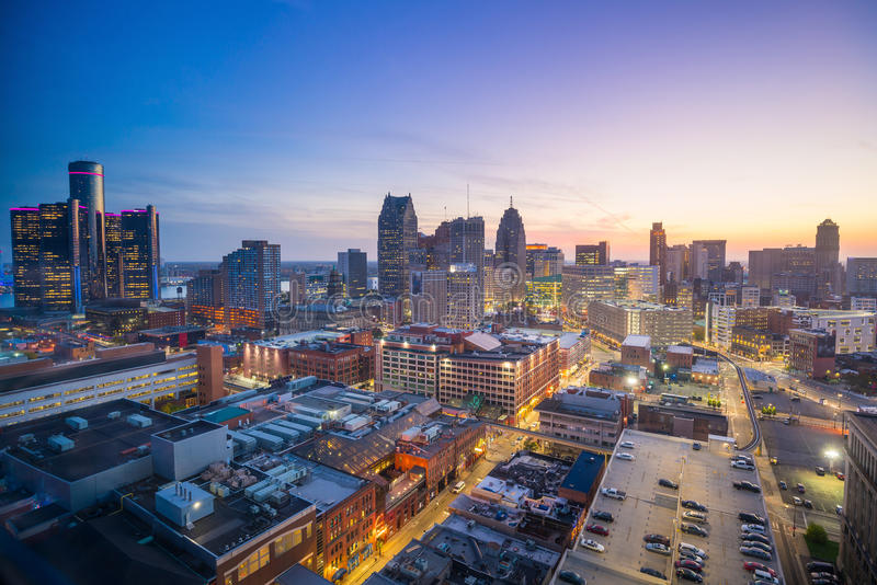 Flyg- sikt av i stadens centrum Detroit på skymning arkivbilder
