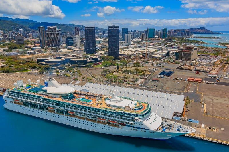 Flyg- sikt av i stadens centrum Honolulu Hawaii med ett kryssningskepp arkivbild