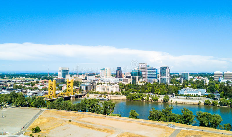 Flyg- sikt av i stadens centrum Sacramento arkivbilder