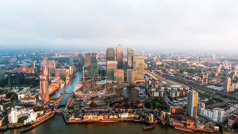 Flyg- sikt av Iconic Canary Wharf finansiella områdesskyskrapor i London arkivbilder