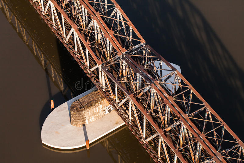Flyg- sikt av järnvägsbron arkivfoton