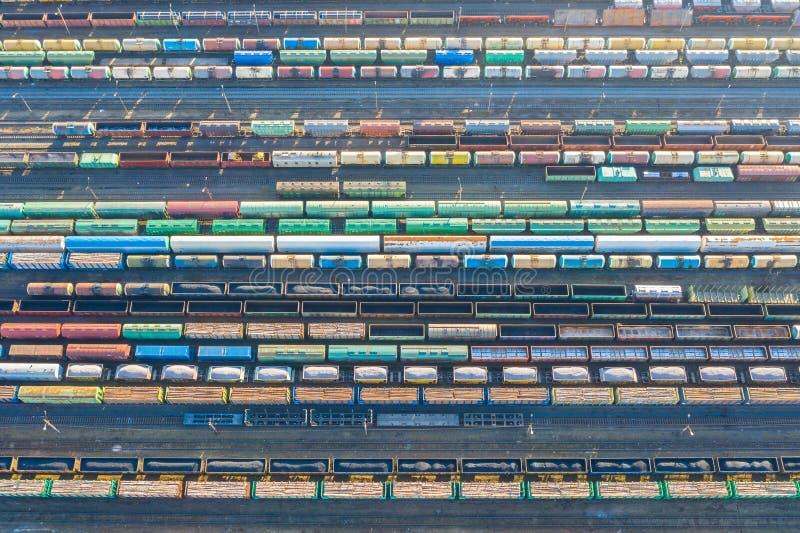 Flyg- sikt av järnvägspår, last som sorterar stationen M?nga olika j?rnv?g bilar med last och r?varor royaltyfri fotografi