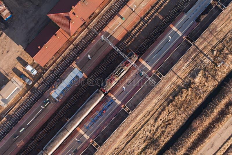 Flyg- sikt av järnvägsstationen arkivfoton