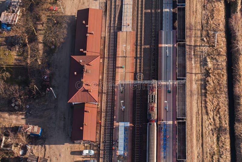 Flyg- sikt av järnvägsstationen royaltyfri fotografi