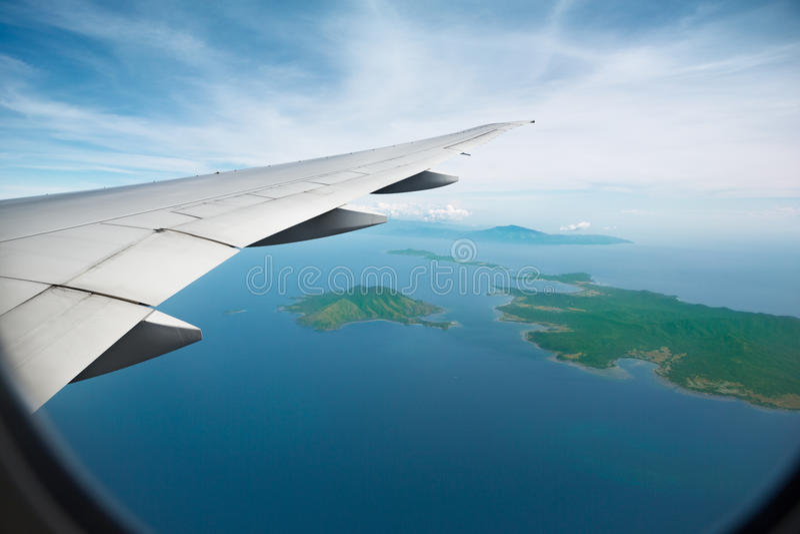 Flyg- sikt av jetvingen royaltyfria foton