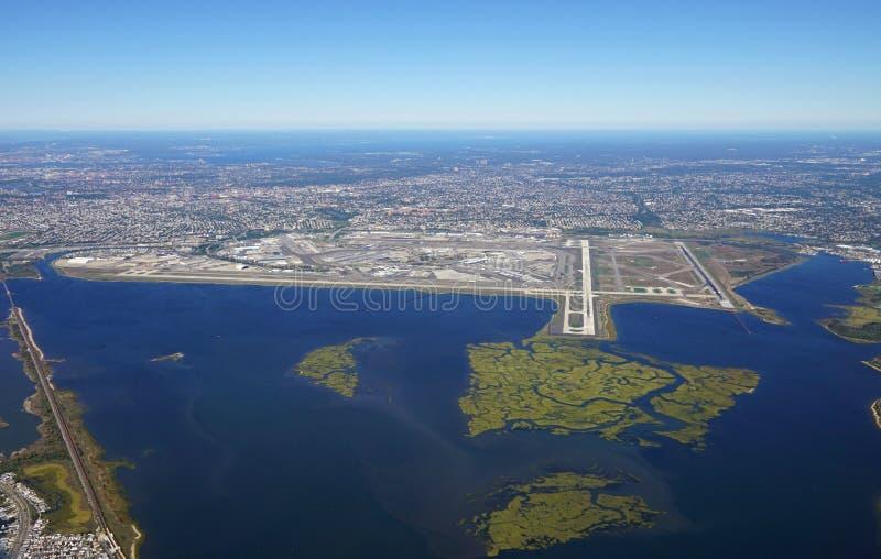 Flyg- sikt av Johnen F Kennedy International Airport & x28; JFK& x29; i New York fotografering för bildbyråer