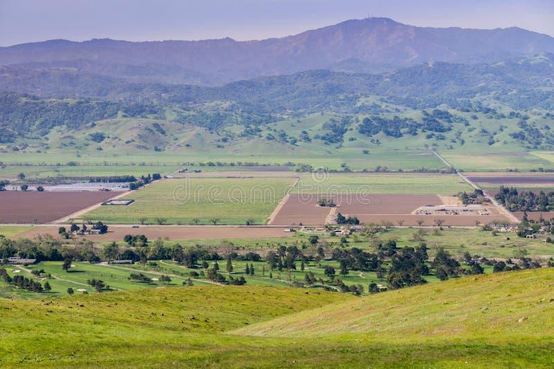 Flyg- sikt av jordbruks- fält, bergbakgrund, södra San Francisco Bay, San Jose, Kalifornien royaltyfria bilder