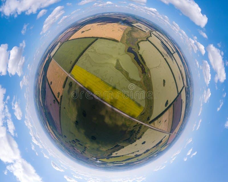 Flyg- sikt av jordbruks- fält av den olika färgskörden under arkivbild