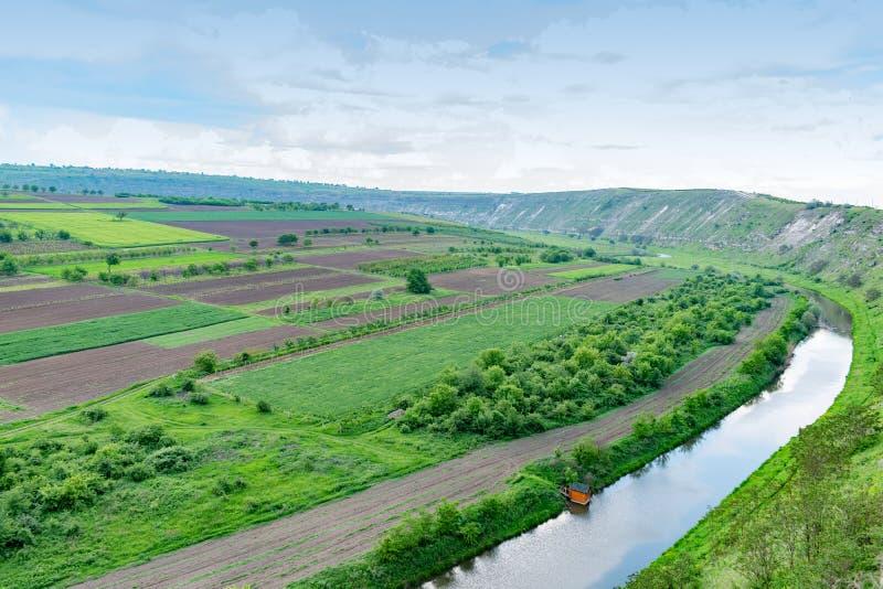 Flyg- sikt av jordbruks- fält med flodmaterielfotoet royaltyfri foto