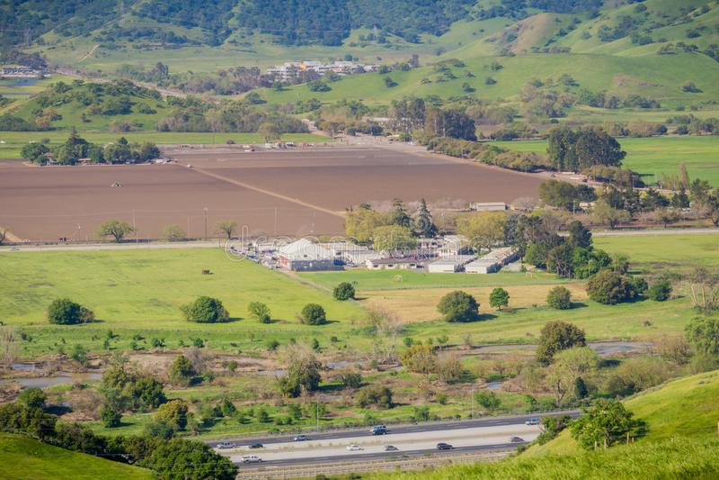 Flyg- sikt av jordbruks- fält och lantgårdbyggnad, bergbakgrund, södra San Francisco Bay, San Jose, Kalifornien arkivfoton