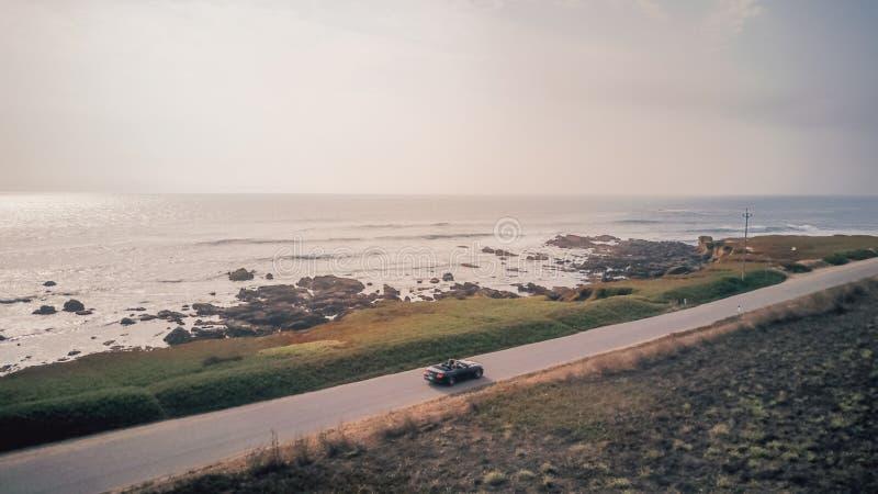 Flyg- sikt av körning i en Ford Mustang cabriolet royaltyfri foto