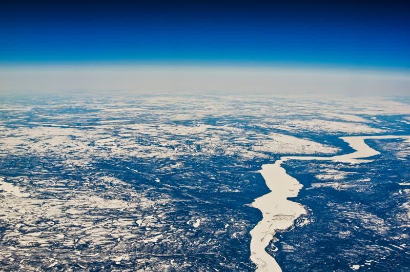 Flyg- sikt av Kanada i vintertid av flygplanfönstret royaltyfri bild