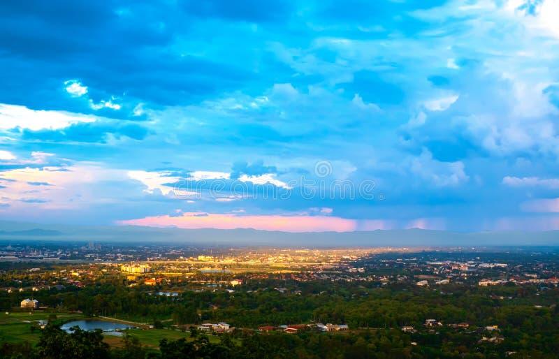 Flyg- sikt av kanten av staden och berget på Chiang Mai Thailand royaltyfria bilder