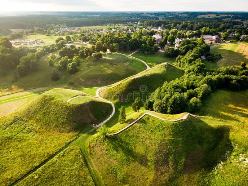 Flyg- sikt av Kernave den arkeologiska platsen, en medeltida huvudstad av den storslagna hertigdömet av Litauen, turist- dragning arkivbild