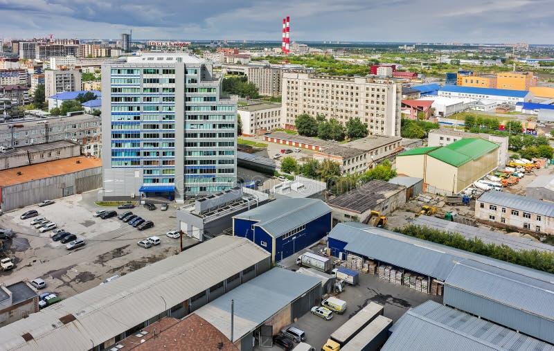 Flyg- sikt av kontorsbyggnad och stads- fjärdedelar arkivfoton