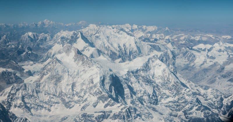 Flyg- sikt av korkade Himalayan berg för snö på flyget från Tibet till Nepal fotografering för bildbyråer