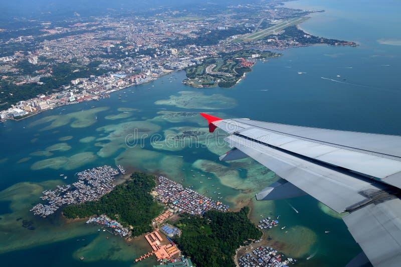 Flyg- sikt av Kota Kinabalu och Gaya Island, Sabah arkivfoton