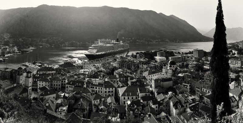 Flyg- sikt av Kotor den gamla staden med den historisk apelsin belade med tegel Rooen arkivfoton